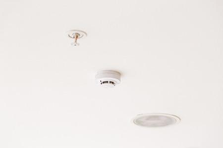 Smoke detector mounted on ceiling 版權商用圖片