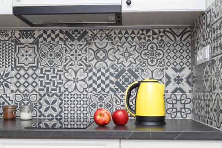 Bollitore elettrico giallo in cucina.
