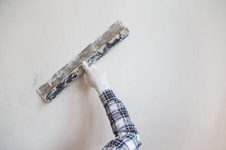Putty the wall gypsum putty with spatulas