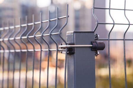 Clôture en panneaux de treillis soudés en acier. Vue rapprochée Banque d'images