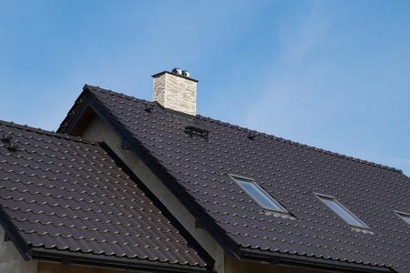 Das Dach in einem neu gebauten Gebäude aus Keramikziegeln.