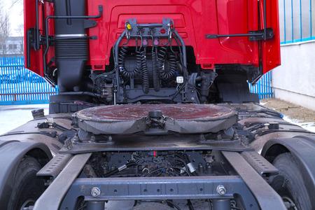 Vista de la parte trasera del camión de 18 ruedas. Los acoplamientos de quinta rueda visibles están instalados en una unidad tractora para conectarla al remolque. Foto de archivo