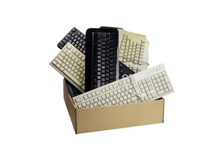 Poubelle électronique. Boîte en carton remplie de claviers d'ordinateur usagés.