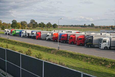 Ein LKW mit einem speziellen Auflieger zum Transport von übergroßen Lasten. Übergroße Ladung oder außergewöhnlicher Konvoi.