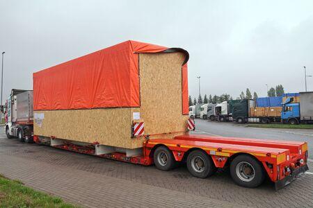 Carga de gran tamaño. El camión durante una pausa en el viaje. Transporte pesado por carretera.