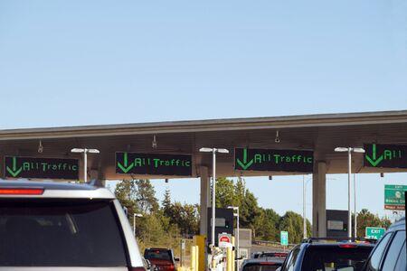 Hete dag, hete luchtgolven over hete auto's. Auto's wachten op de grens tussen Canada en de Verenigde Staten.