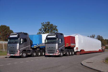 Un camion avec une semi-remorque spéciale pour le transport de charges surdimensionnées. Charge surdimensionnée ou convoi exceptionnel.