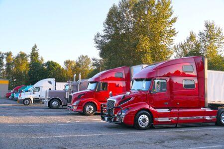 Lieu de repos. Différents types de camions sur le parking à côté de l'autoroute. Banque d'images