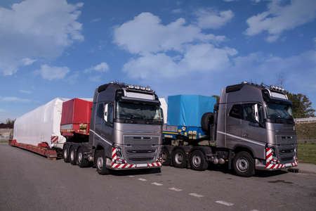 A truck with a special semi-trailer for transporting oversized loads. Oversize load or exceptional convoy. Long vehicle. Standard-Bild