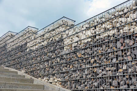 Slope reinforced with gabions. Interesting arrangement of the park space with the use of gabions. Banque d'images