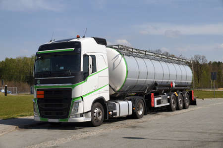 A truck during a break, a tanker in the foreground. Truck stop next to the highway. Banque d'images