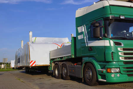 Oversize load or exceptional convoy. A truck with a special semi-trailer for transporting oversized loads. Very long vehicle. Banque d'images