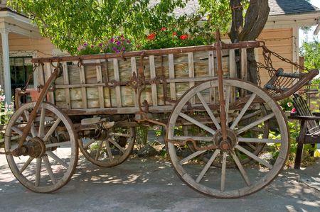 carreta madera: antiguo vag�n de madera colocadas como decoraci�n en el jard�n