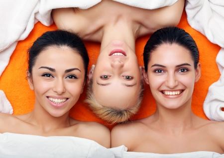 piel humana: Retrato de Multi�tnicos Grupo de ni�as con un hermoso dientes. Mira otras fotos de esta serie: