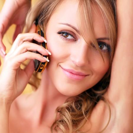 Magnifique mis à nu jeune fille avec un téléphone mobile. S'il vous plaît regarder les autres photos de cette série: Banque d'images - 4331237