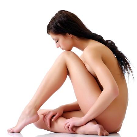 desnuda: El desnudo con una chica morena baj� la cabeza sobre un fondo blanco. Por favor vea algunas de mis otras im�genes: Foto de archivo