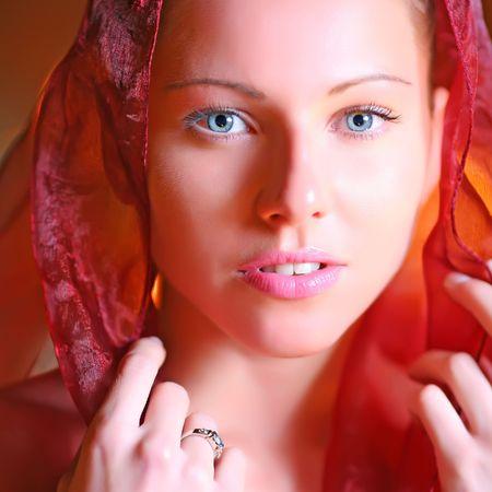Portrait der sch�nen jungen Frau mit blauen Augen