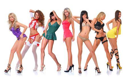 Gruppe von sieben jungen Frauen stellt sich vor der Kammer in vollem Wachstum, isoliert auf wei�em Hintergrund