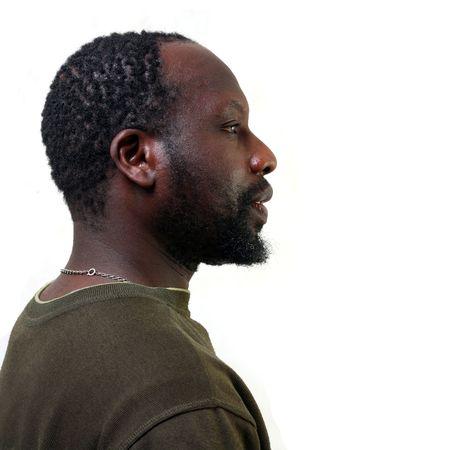 Ritratto di un profilo del giovane uomo nero con una piccola barba, isolato su uno sfondo bianco