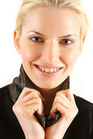 Sch�ne junge Br�nette mit Klammern an Z�hnen in Wei�