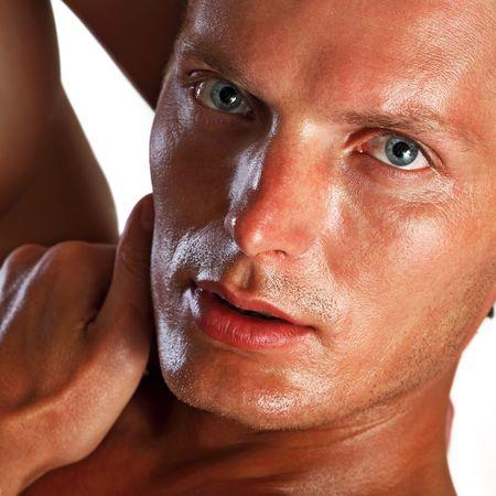 man close up: Ritratto di giovane uomo bello da vicino