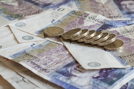 Mucchio di soldi e monete impilate Sterlina Euro EUR isolato su bianco per il business e finanace