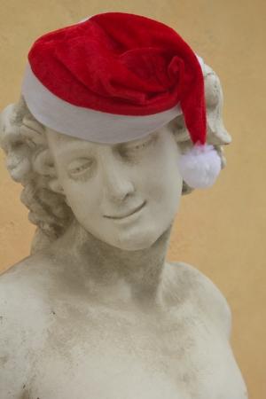 statue grecque: Vieux Statue grecque dans un chapeau de Santa Claus