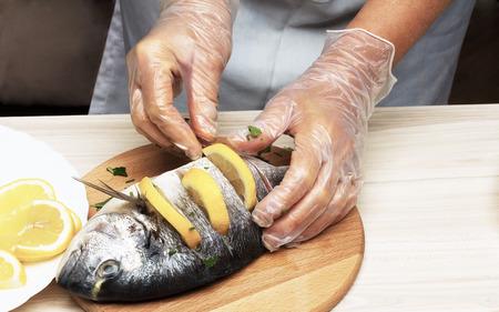 pesce cotto: Cotto pesce pesce orata con limone, prezzemolo, aglio Archivio Fotografico
