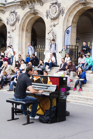 pianista: Par�s, Francia-septiembre 21,2014: Juego pianista no identificado antes en exteriores p�blicas. �pera de Par�s Editorial
