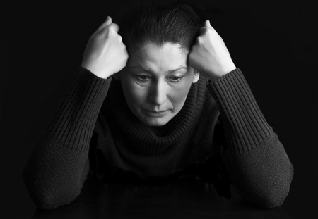 femme triste: Sad femme �g�e