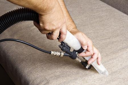 Limpieza profesional de la tapicería en un sofá