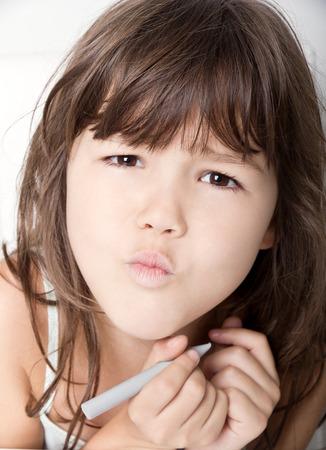 petite fille triste: Portrait de fillette �motionnelle