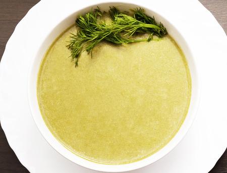 elasticidad: Espinacas sopa de crema con camarones en la mesa sobre blanco