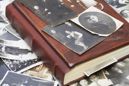 Sluit omhoog van een album en oude familiefoto's Stockfoto - 61228525