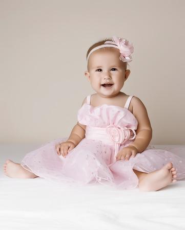 snění: Malá holčička v růžových šatech.