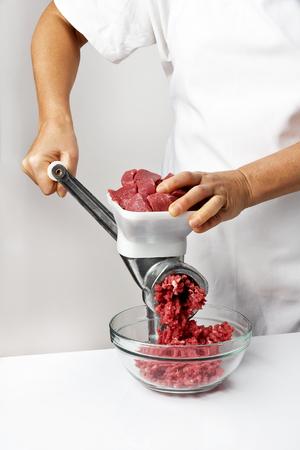 Kochen Hackfleisch in einem Fleischwolf Standard-Bild