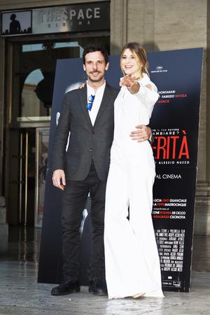 로마, 이탈리아 - 2017 년 4 월 13 일 : Nicoletta Romanoff와 Francesco Montanari가 로마에서 'Le Verita'Phorocall에 참석합니다.