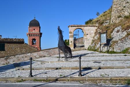 中部イタリアの小さな町で城の壁に有線馬
