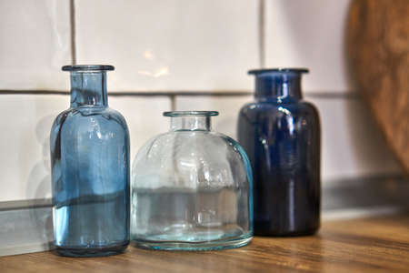 Kitchen decor. Wooden cutting Board and blue vases. Vessels. The dishes. Stockfoto