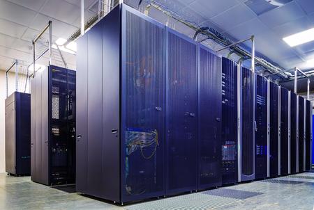 equipos: habitación con hileras de hardware del servidor del centro de datos
