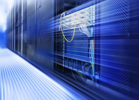 meseros: habitación con hileras de hardware del servidor del centro de datos