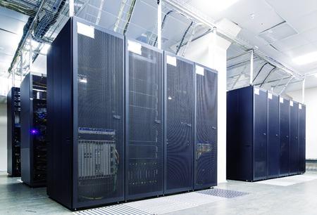 computer centre: habitaci�n con hileras de hardware del servidor del centro de datos