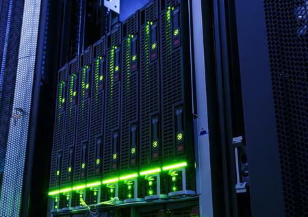 redes electricas: bastidor con la hoja detrás de barras de mainframe en el centro de datos Foto de archivo