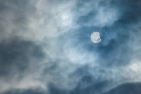 noche y luna: Eclipse solar parcial en un día nublado 03202015