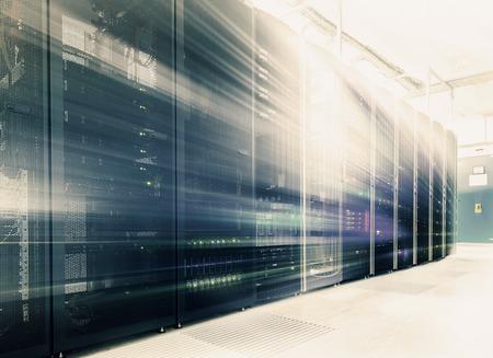 sala abstrata com linhas de hardware de servidor no centro de dados