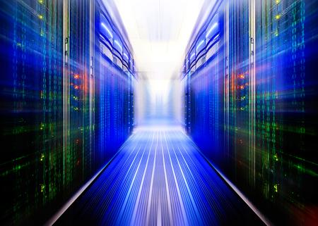 centro de computo: sim�trica sala del centro de datos con las vigas y las filas futurista equipos Foto de archivo
