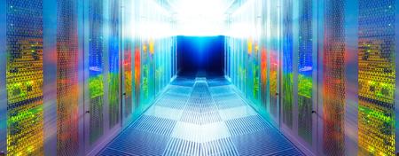sala de servidores simétrica con la comunicación moderna y el equipo del servidor Foto de archivo