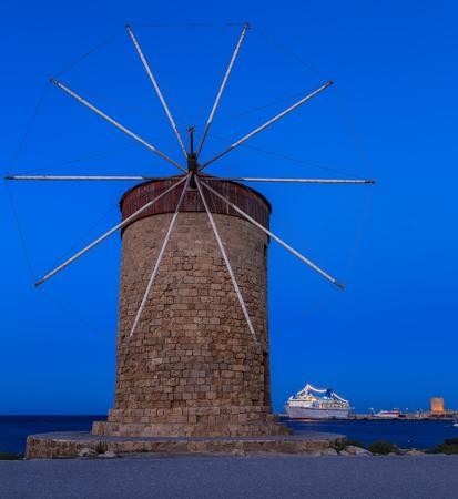 molinos de viento: Los famosos molinos de viento en el puerto de Mandraki, Rodas Grecia Foto de archivo