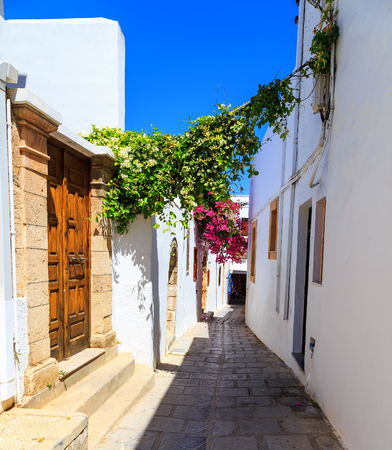 photo of narrow street in Lindos. Rhodes Stockfoto