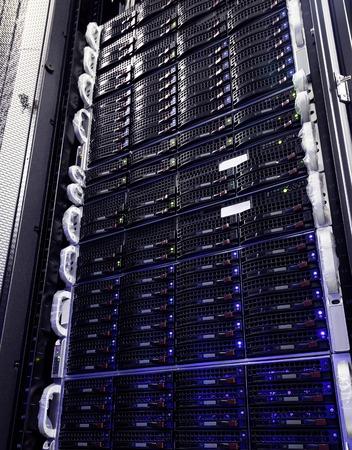disco duro: sistema de almacenamiento en disco duro en el centro de datos moderno. Foto de archivo